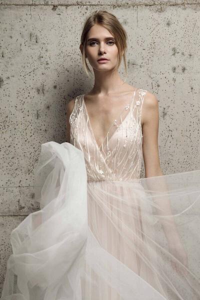 Awesome V-neck Tulle Chapel Train Wedding Dress_5