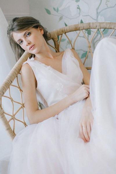 Chic V-neck Tulle Chapel Train Wedding Dress_5