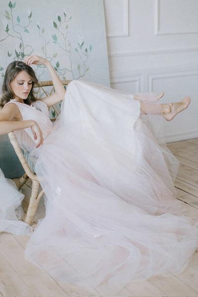 Chic V-neck Tulle Chapel Train Wedding Dress_4