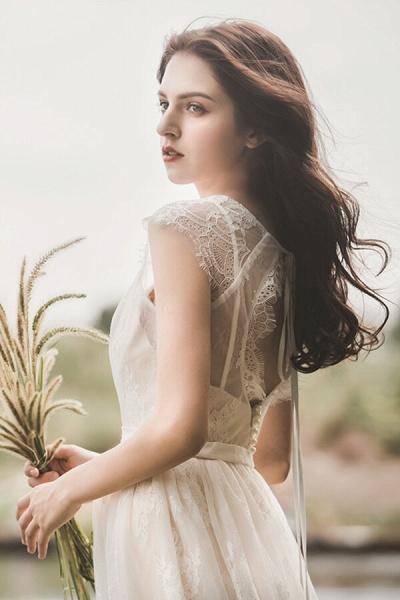 Graceful V-neck Lace A-line Wedding Dress_7