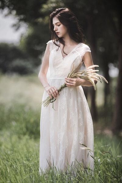 Graceful V-neck Lace A-line Wedding Dress_1