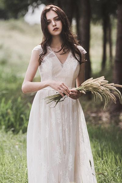Graceful V-neck Lace A-line Wedding Dress_4