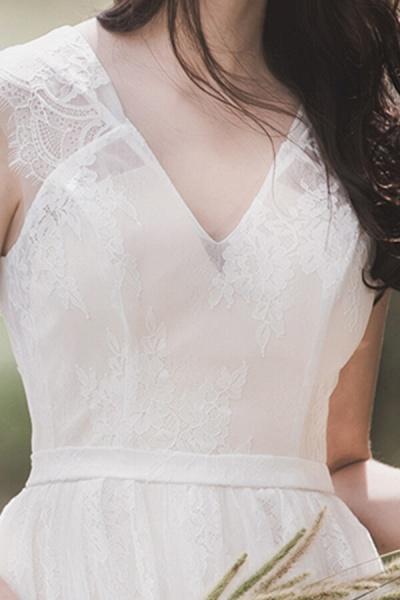 Graceful V-neck Lace A-line Wedding Dress_10