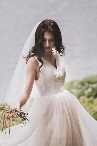 Graceful V-neck Lace Tulle A-line Wedding Dress_11