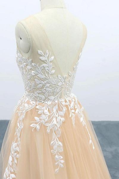 Graceful Appliques Tulle A-line Wedding Dress_6