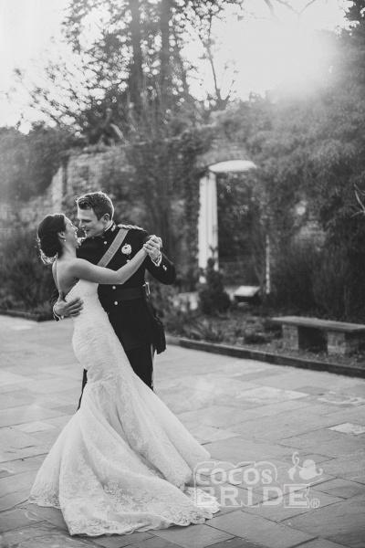 Elegant Trumpet/Mermaid Sweep Train Ivory Sleeveless Wedding Dress_2