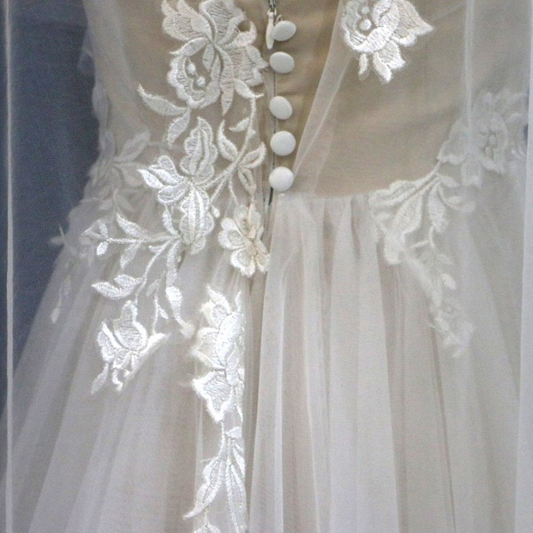 White Tulle V Neck A Line Beach Wedding Dress_5